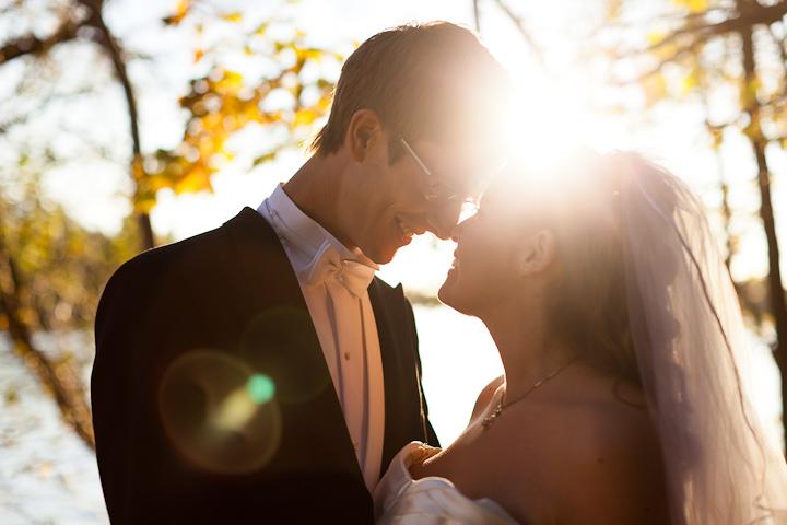 Brudpar i motljus, fotograferat av Jane (&) Haglund Photography