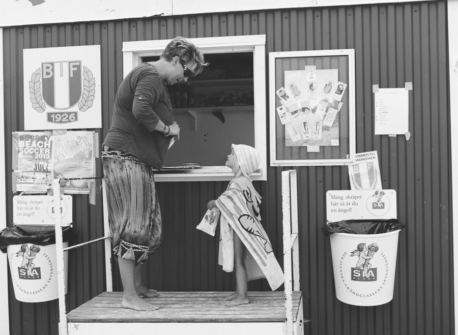 Köpa glass i kiosk, Borrby strand, Österlen.